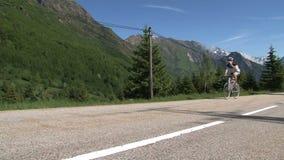 Ciclando nelle alpi francesi e bevendo quando climing il d'Ornon del passo, la Francia archivi video