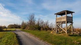 ciclando sul percorso del campo e sull'allerta di legno sulla riva del lago Immagini Stock