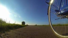 Ciclando sull'asfalto video d archivio
