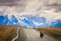 Ciclando in Torres del Paine NP fotografie stock libere da diritti