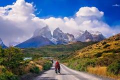 Ciclando in Torres del Paine NP fotografia stock libera da diritti
