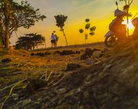 Ciclando in un bello tramonto fotografie stock