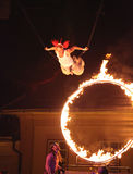 马戏艺术家飞行通过火cicle 免版税库存图片