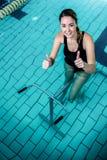 Ciclismo apto da mulher com polegares acima Fotos de Stock Royalty Free