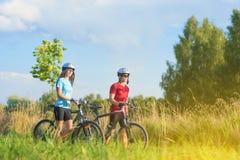 Ciclismo Athlets que exercita com as bicicletas no ambiente O da natureza Imagens de Stock Royalty Free