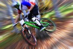 Ciclismo come sport di divertimento e di estremo Ciclismo in discesa Il motociclista salta Fotografie Stock