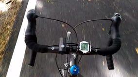 Ciclismo da estrada sem as mãos na barra do punho vídeos de arquivo