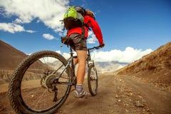 Ciclismo da menina na estrada Imagens de Stock Royalty Free