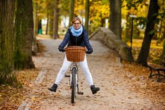 Ciclismo da mulher Imagens de Stock Royalty Free