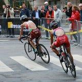 Ciclismo de Kovacs e de Murua no evento do triathlon Imagens de Stock Royalty Free