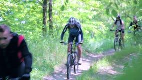 Ciclismo degli amici in parco video d archivio