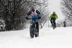 Ciclismo del ghiaccio sulle colline immagine stock libera da diritti