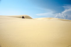 Ciclismo del quadrato sulle dune di sabbia fotografia stock libera da diritti