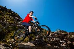 Ciclismo dell'adolescente sulle tracce della foresta Fotografia Stock Libera da Diritti