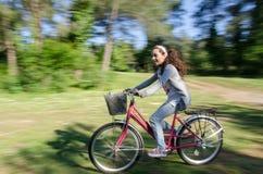 Ciclismo dell'adolescente sulle tracce della foresta Fotografia Stock