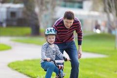Ciclismo della famiglia Immagine Stock Libera da Diritti