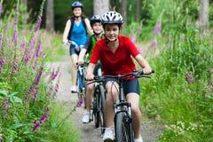 ciclismo della famiglia fotografie stock