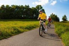 ciclismo della famiglia immagini stock libere da diritti