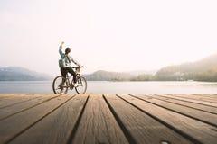 Ciclismo della giovane donna Fotografia Stock