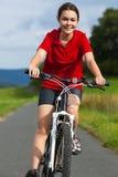 Ciclismo della ragazza Fotografie Stock
