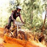Ciclismo della sporcizia attraverso fango Fotografia Stock Libera da Diritti