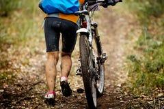 Ciclismo di montagna nella foresta di autunno Fotografia Stock Libera da Diritti