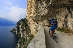 Ciclismo di montagna sulla polizia del lago, della Ponale, Riva del G di Sentiero Immagini Stock Libere da Diritti