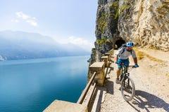 Ciclismo di montagna sulla polizia del lago, della Ponale, Riva del G di Sentiero Immagini Stock