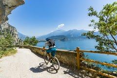 Ciclismo di montagna sulla polizia del lago, della Ponale, Riva del G di Sentiero Fotografie Stock Libere da Diritti