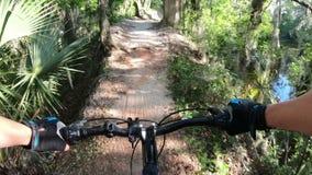 Ciclismo di montagna in un parco centrale di Florida video d archivio