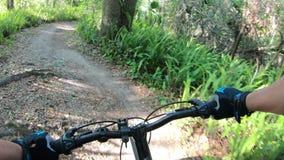 Ciclismo di montagna in un parco centrale di Florida stock footage