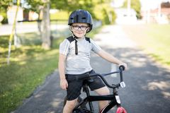 Ciclismo di sei anni del ragazzo nel parco Fotografia Stock