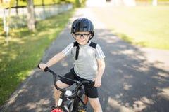 Ciclismo di sei anni del ragazzo nel parco Immagine Stock Libera da Diritti