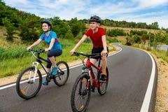 Ciclismo do adolescente e do menino imagem de stock royalty free