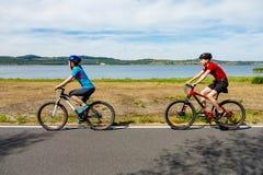 Ciclismo do adolescente e do menino imagem de stock