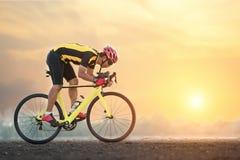 Ciclismo do homem do ciclista da bicicleta da estrada fotografia de stock royalty free
