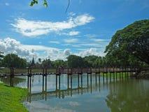 Ciclismo intorno al parco storico di Sukhothai Immagini Stock