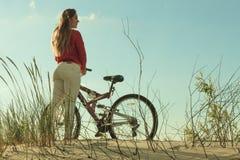 Ciclismo irreconhecível da bicicleta da mulher na areia Imagens de Stock Royalty Free