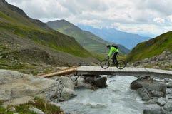 Ciclismo nelle alpi del distretto di Albula, cantone di Graubunden, Svizzera Fotografia Stock