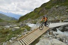 Ciclismo nelle alpi del distretto di Albula, cantone di Graubunden, Svizzera Immagini Stock