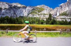 Ciclismo in parco nazionale di Yosemite Fotografie Stock