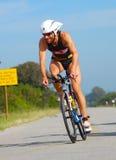 Ciclismo profissional do triathlete de Ironman Fotografia de Stock