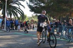 Ciclismo saudável do exercício do esporte do triathlete do Triathlon Foto de Stock