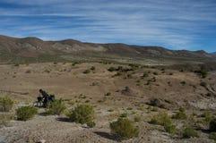 Ciclist самостоятельно на месте пустыни Стоковая Фотография