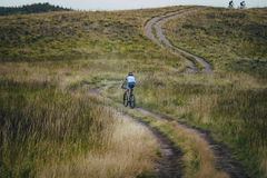 Ciclista abajo de la montaña Foto de archivo