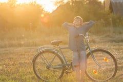Ciclista adolescente sonriente en actitud relajante Imagen de archivo libre de regalías