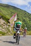 Ciclista aficionado en las montañas de los Pirineos Imagenes de archivo
