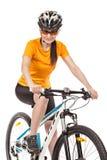 Ciclista atractivo de la mujer adulta aislado en el fondo blanco Foto de archivo