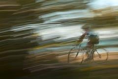 Ciclista borroso en a orillas del lago la trayectoria fotos de archivo libres de regalías