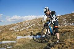 Ciclista cansado Fotos de archivo